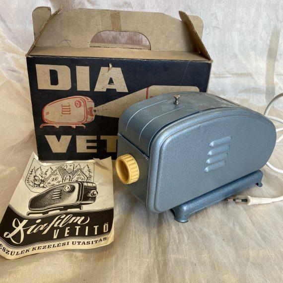 Lemez diavetítő dobozában, papírjával