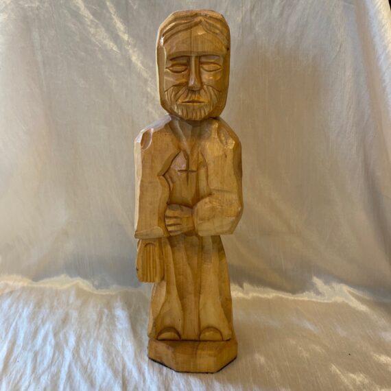 Szentet ábrázoló óriási fafaragás