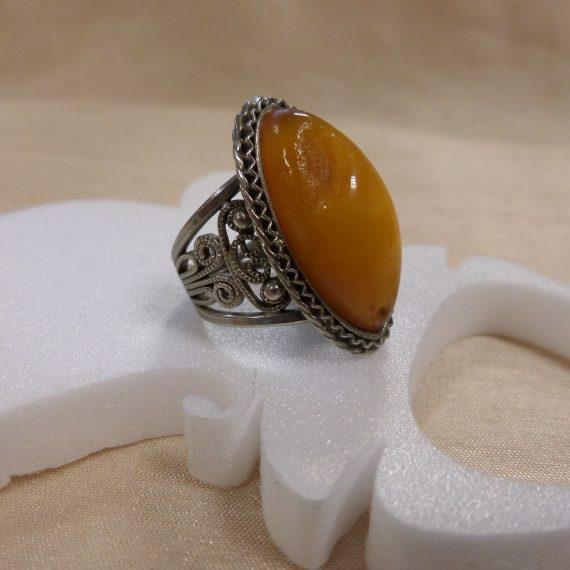 Antik mézborostyán gyűrű, ovális kővel