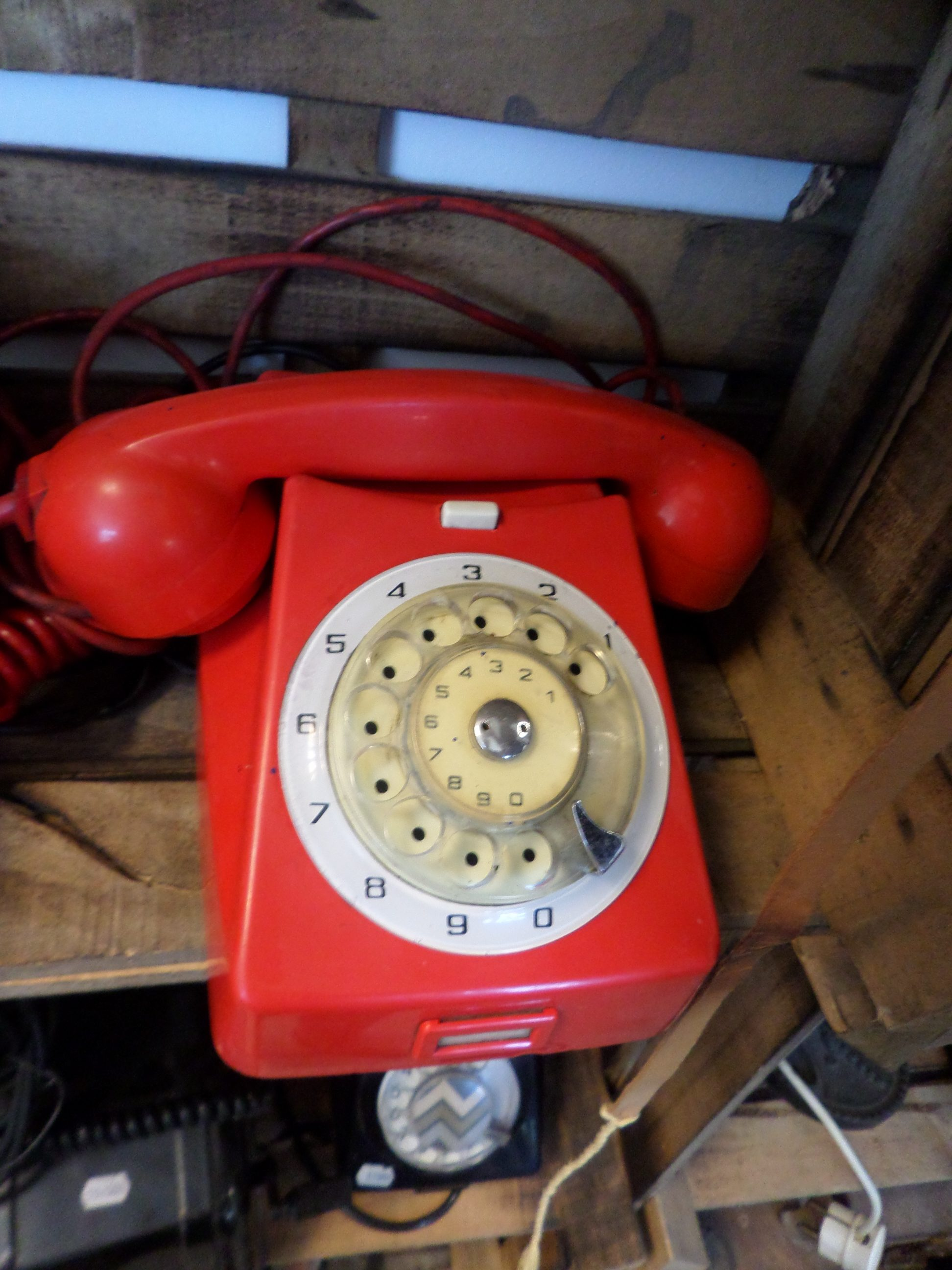 Retro piros tárcsás telefon